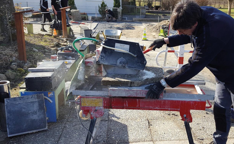 Maßarbeit für die Pflasterrung des Innenhofes