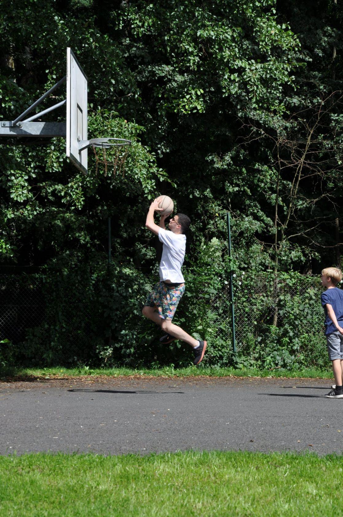 Basketball auf dem Hartplatz