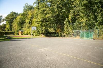 Unser Hartplatz. (Im Hintergrund: Das Volleyballfeld))